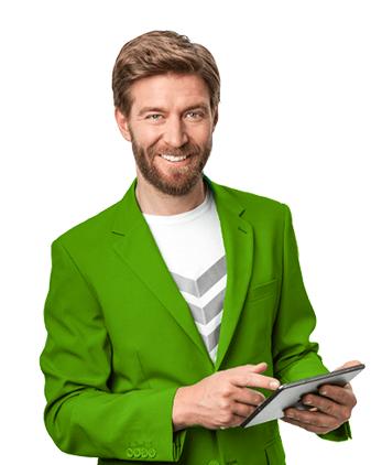 Mann im grünen Anzug mit Tablet in der Hand