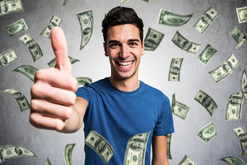 Mann mit Geldscheinen im Hintergrund